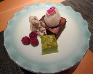 Omatsuri: bolo de chocolate Valrhona e castanha-do-pará, com lichia recheada de ganache de chocolate e morango