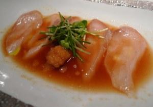 Usuzukuri: fatias finíssimas de robalo ao molho ponzu, yuzu  (espécie de mixirica japonesa) e azeite extra-virgem.